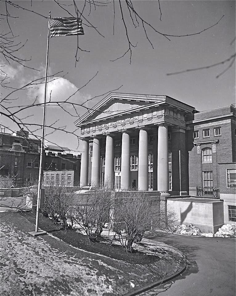 """Госпиталь имени Питера Бента Бригэма в Бостоне (ныне подразделение Brigham & Women's Hospital, в просторечии """"Бригэм""""), клиническая больница Медицинской школы Гарвардского университета. Здесь 23 декабря 1954 года была проведена первая успешная трансплантация почки от живого донора. Команду врачей, которая провела эту операцию, собрал главный врач больницы Джордж Торн (1906-2004), специалист по лечению болезни Аддисона. Транспланация была мечтой его жизни. Торн готовил для неё материальную базу, подбирал специалистов и занимался этическими проблемами. Торн присутствовал на церемонии вручения Нобелевской премии трансплантологу Джозефу Мюррею в 1990 году.  Фото 1961 года."""
