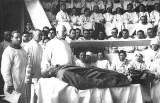 С. П. Федоров читает лекцию с демонстрацией больного слушателям Военно-медицинской академии